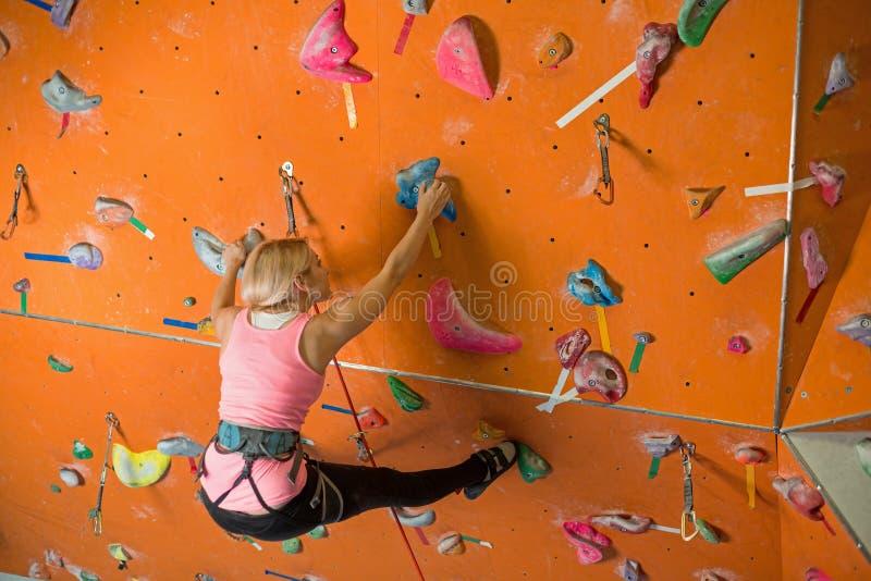 女孩参与攀岩 免版税库存照片