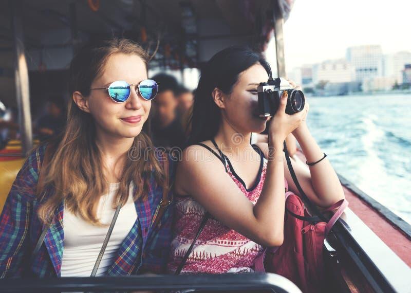 女孩友谊住处旅行的假日摄影概念 免版税库存图片