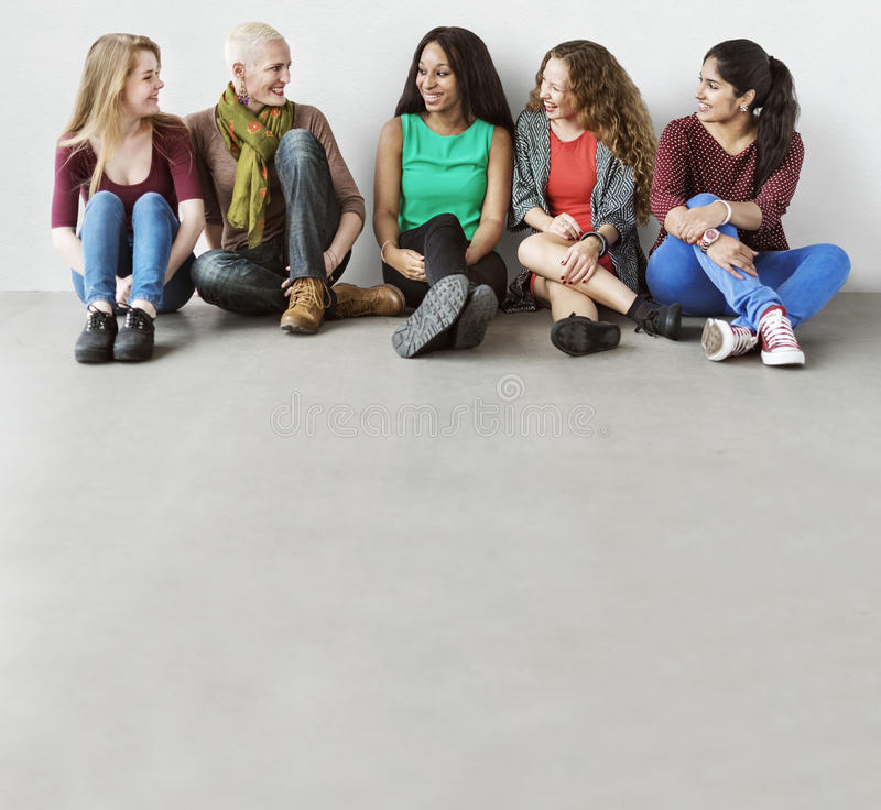女孩友谊统一性谈的坐的女朋友概念 库存图片