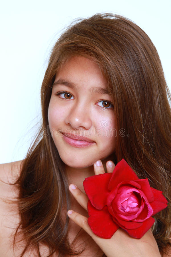女孩发光的俏丽的微笑 免版税库存图片
