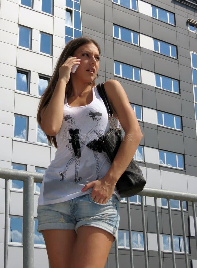 女孩叫在街道担心 免版税库存图片
