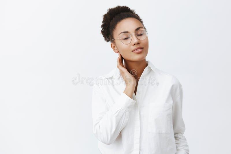 女孩召回恋人热情的亲吻  嫩女性非裔美国人的妇女画象玻璃和白色衬衣的 库存图片