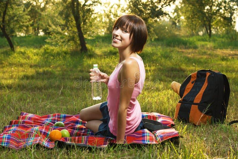 女孩可爱的野餐 免版税库存照片