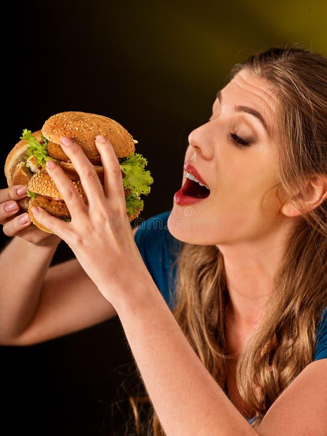 女孩吃大汉堡包 快餐概念 免版税库存图片