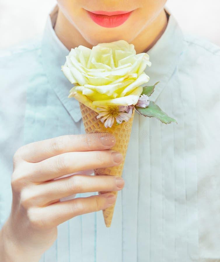 女孩吃着异常的冰淇凌 奶蛋烘饼锥体的罗斯 库存照片