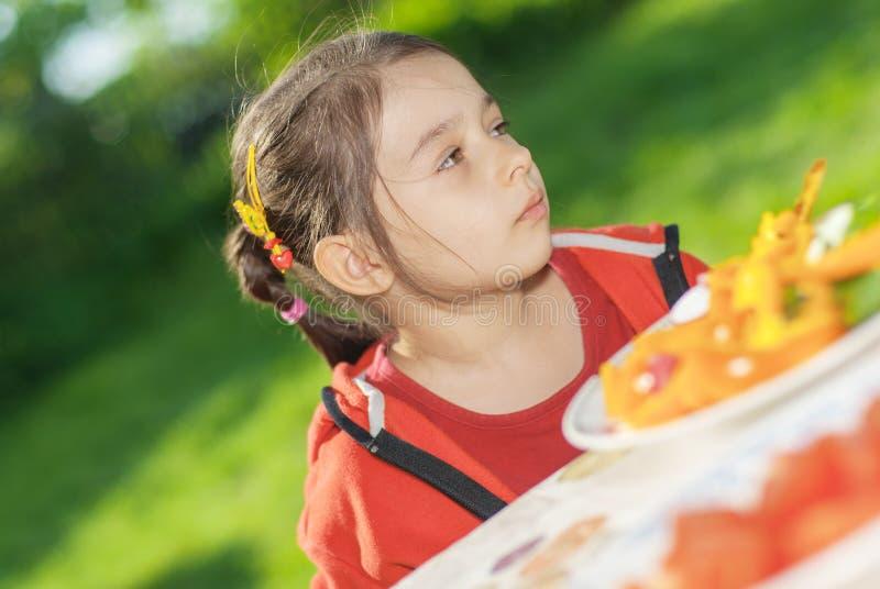 女孩吃菜 图库摄影