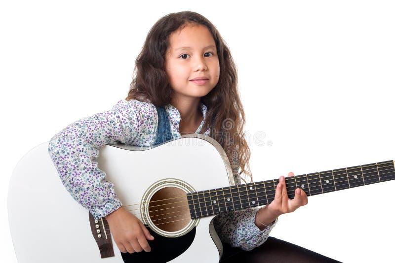 女孩吉他作用 免版税库存图片