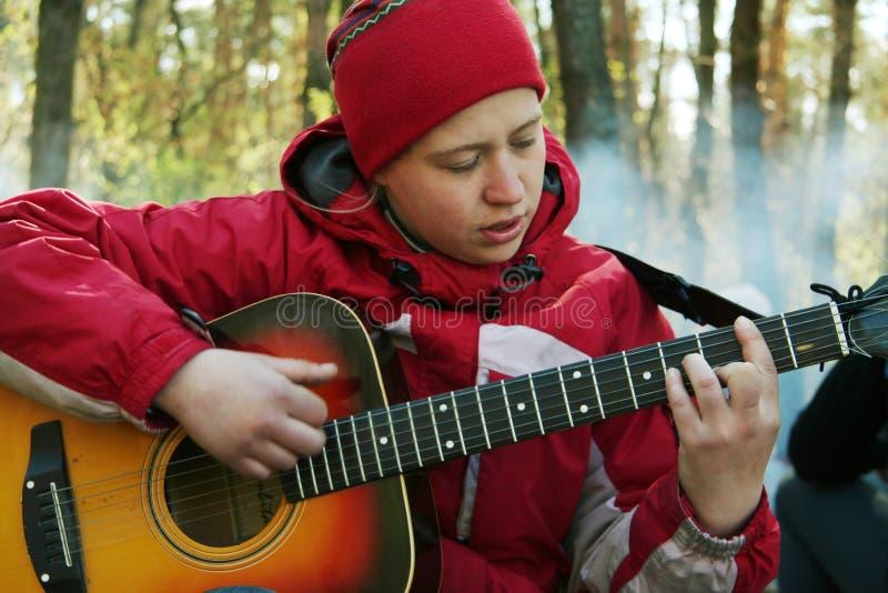 女孩吉他使用 免版税库存图片