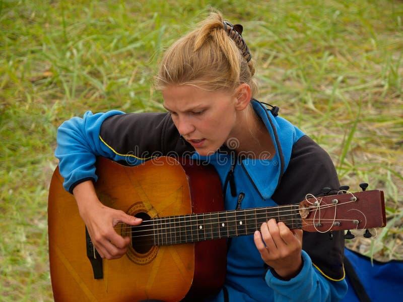 女孩吉他远足者使用 免版税库存图片