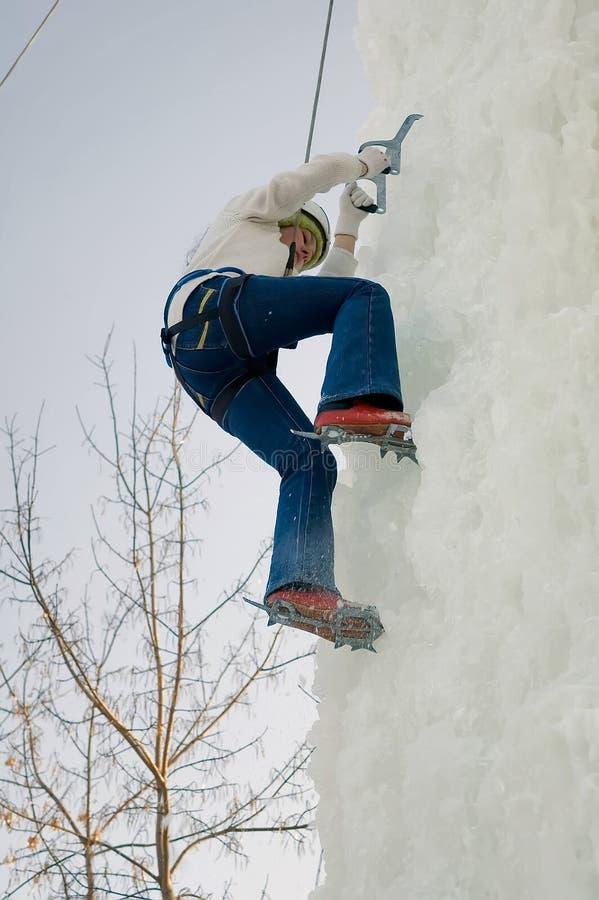 女孩向上在冰上升的竞争上升 免版税库存照片