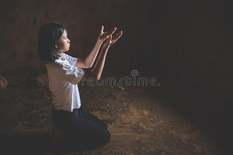 女孩向上帝祈祷,开放棕榈树崇拜 ,基督教、基督教、天主教、神教、天堂、天堂的概念 库存图片