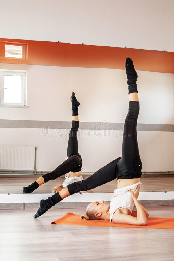 女孩向在健身房的体育求助 体育的概念, 免版税库存照片