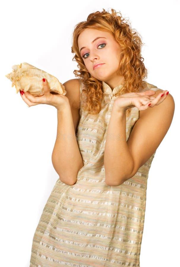 女孩听的壳 库存照片