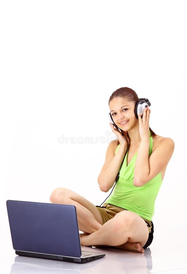 女孩听的音乐相当对年轻人 免版税图库摄影