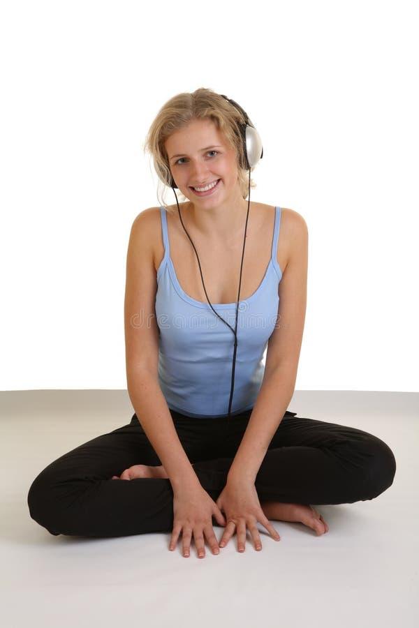 女孩听的音乐相当 免版税库存图片