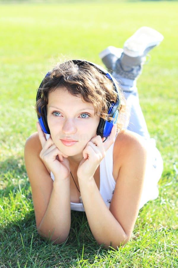 女孩听音乐 库存照片
