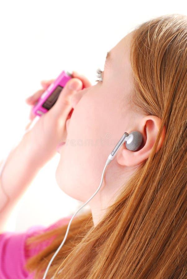 女孩听音乐 免版税图库摄影