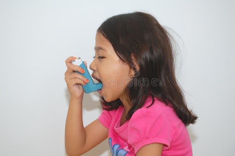女孩吸入器使用 免版税图库摄影