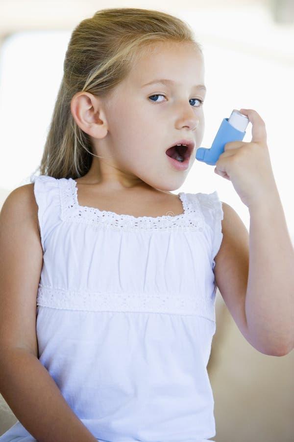 女孩吸入器使用 库存图片