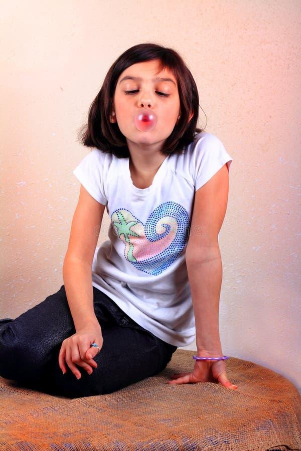 女孩吹的泡泡糖 库存照片