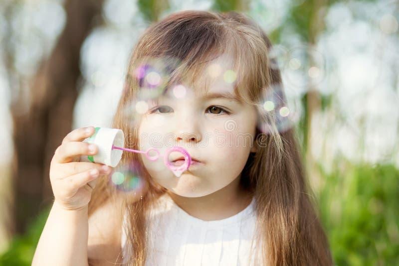 女孩吹的肥皂bubles 库存图片