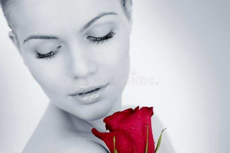女孩周道红色的玫瑰 免版税图库摄影
