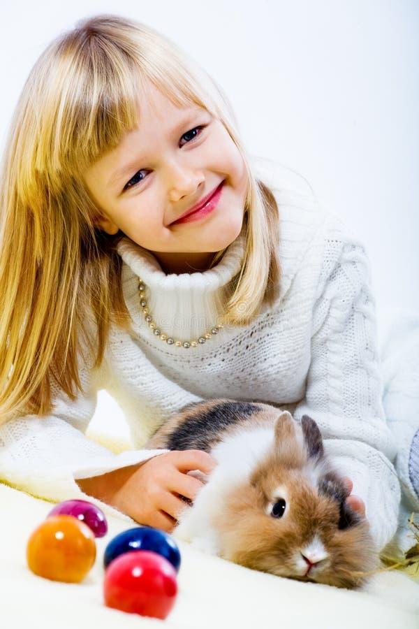 女孩和东部兔子 免版税库存照片