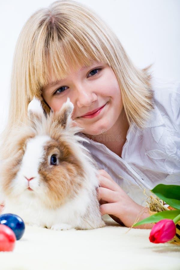 女孩和东部兔子 免版税图库摄影