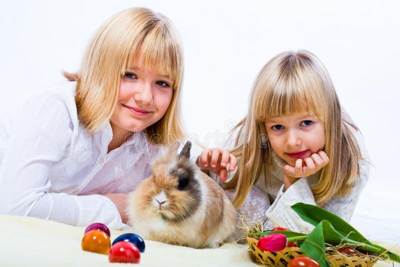 女孩和东部兔子 免版税库存图片