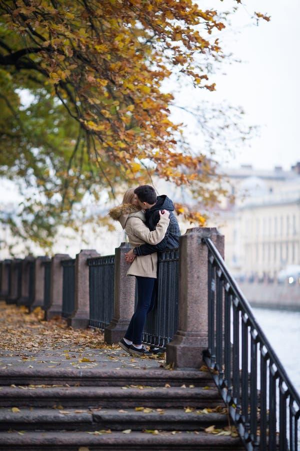 女孩和人通过公园,拥抱和亲吻走 浪漫心情 免版税库存图片