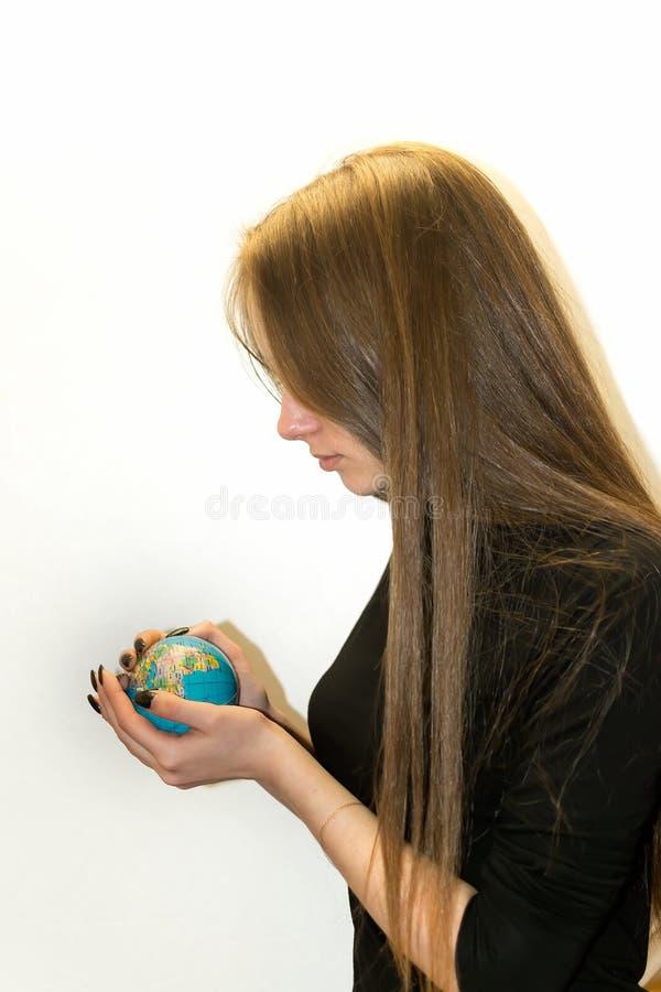 女孩和地球在手上 免版税库存图片