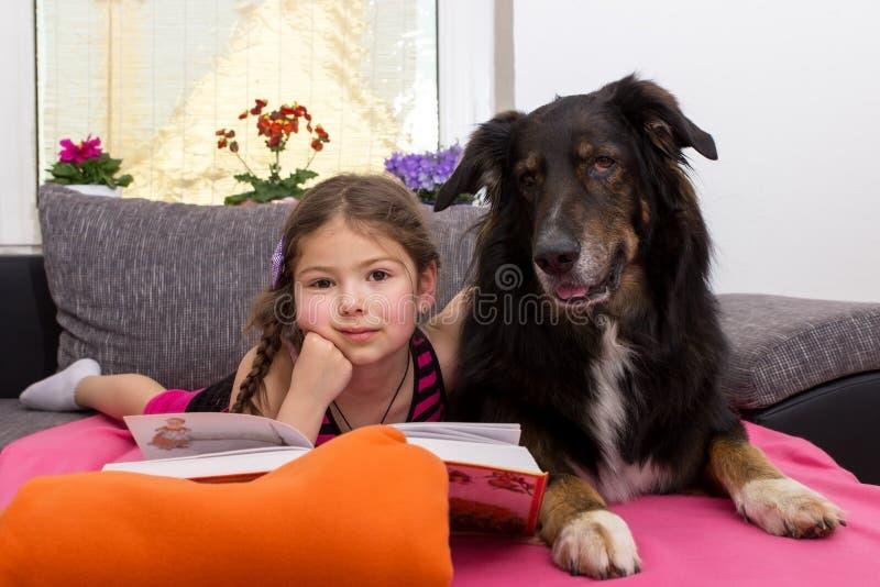 女孩和她忠实的狗 免版税库存照片