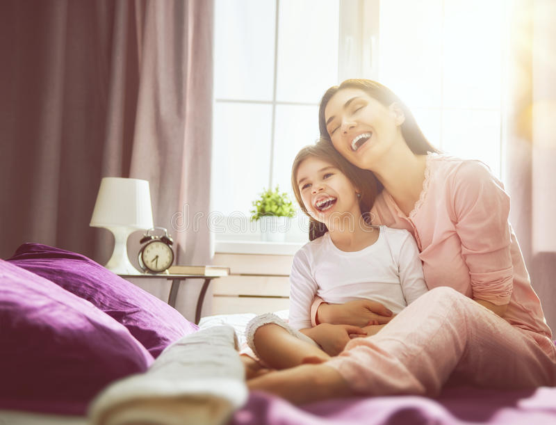女孩和她的母亲享受晴朗的早晨 库存图片