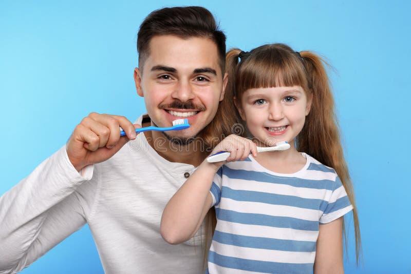 女孩和她的父亲掠过的牙一起 库存图片