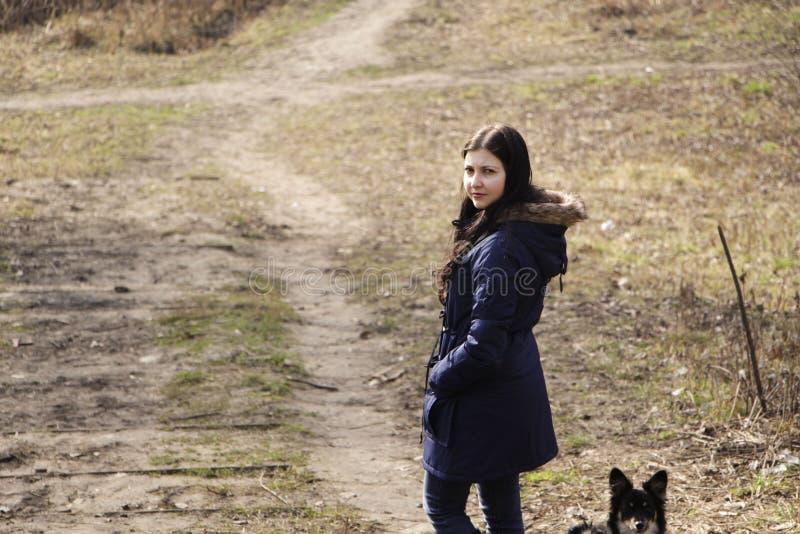 女孩和她的狗在公园 库存照片