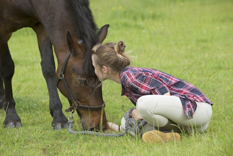 女孩和宠物小马 免版税库存图片