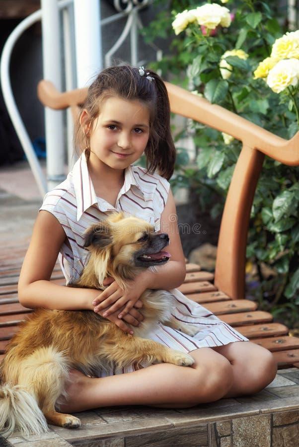 女孩和宠物的室外画象 免版税库存图片