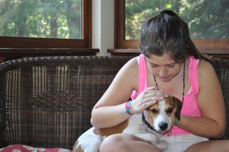 女孩和宠物 免版税库存照片