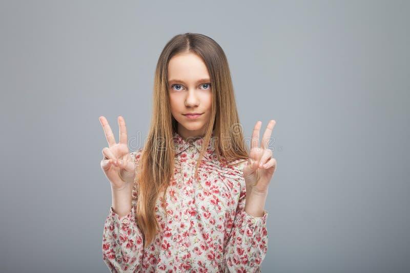 女孩和平展示姿态  免版税库存照片