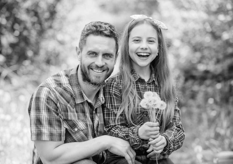 女孩和愉快的人爸爸 r 家庭夏天农场 春天村庄国家 女儿和爸爸爱蒲公英 免版税图库摄影