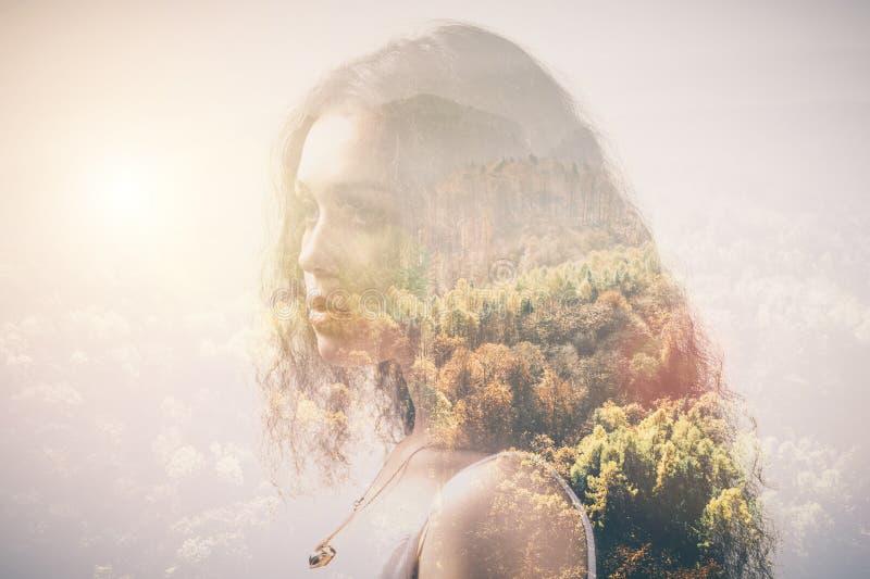 女孩和森林,两次曝光的画象 库存照片