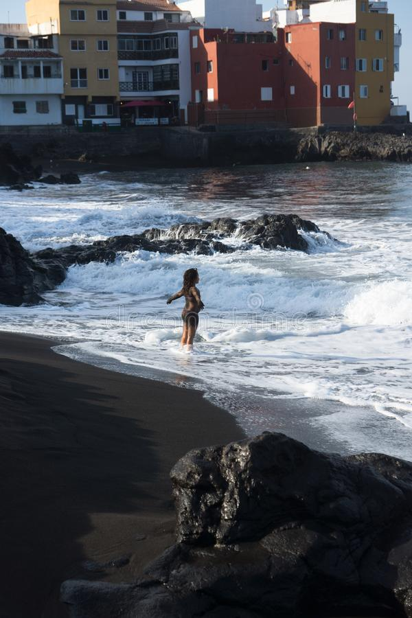 女孩和海洋 免版税库存照片