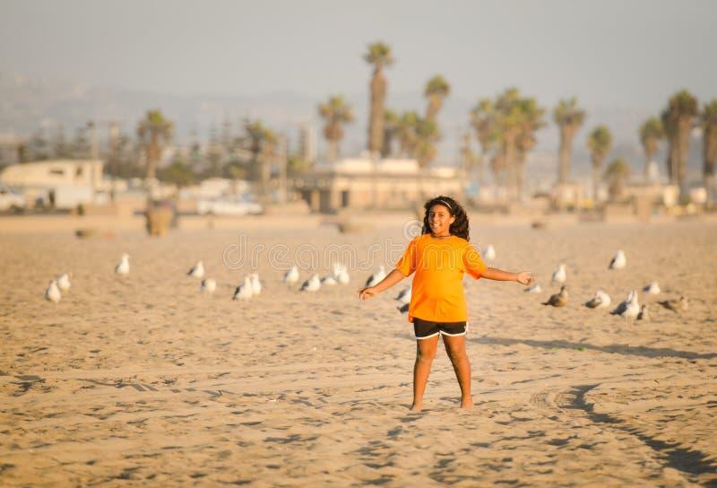 女孩和海鸥-亨廷顿海滩, -加利福尼亚 免版税库存图片