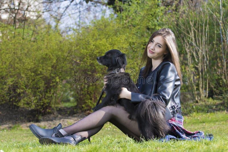 女孩和狗友谊 免版税库存照片