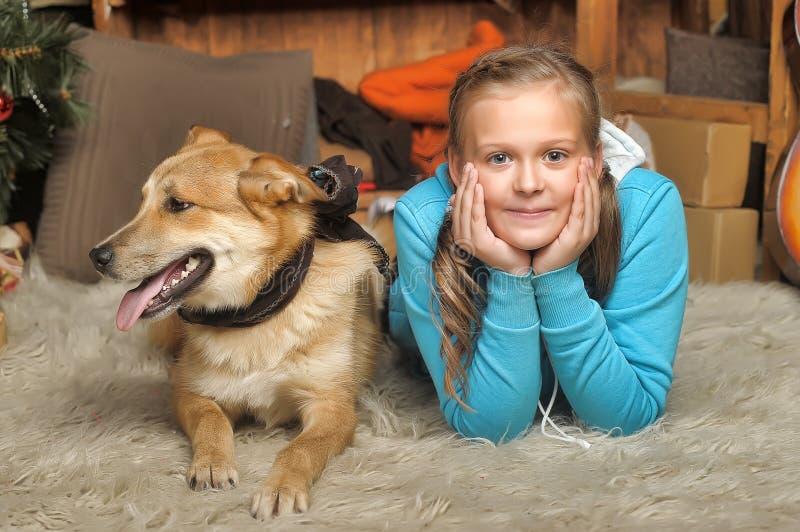 女孩和狗谎言关闭 免版税库存照片