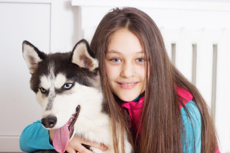 女孩和狗 免版税库存照片