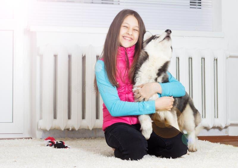 女孩和狗 图库摄影