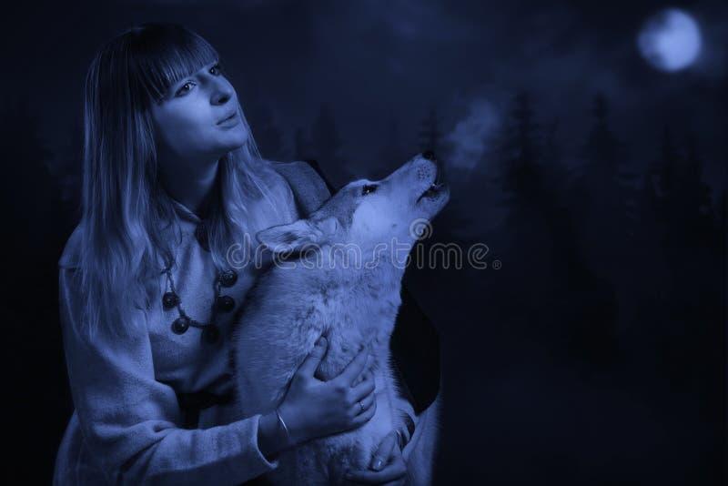 女孩和狼在深森林里 免版税库存照片