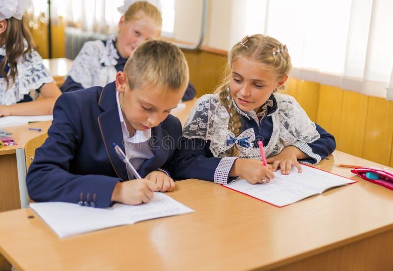 女孩和男孩书桌的 免版税图库摄影
