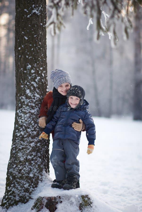 女孩和男孩在冬日 免版税库存图片